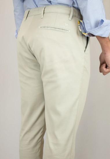 Pantalón  de hombre Hogwarts Patadegayo en color beige, fabricado en españa, muy comodo y de calidad - plano  trasero