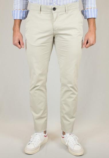 Pantalón  de hombre Delorean Patadegayo en color beige, fabricado en españa, muy comodo y de calidad - detalle delantero