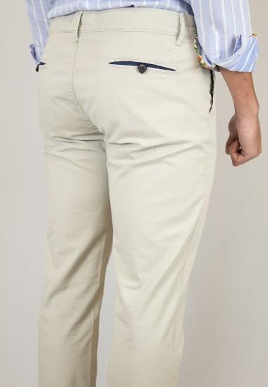 Pantalón  de hombre Delorean Patadegayo en color beige, fabricado en españa, muy comodo y de calidad - plano trasero