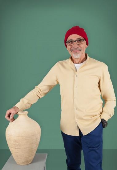 Camisa de hombre Mao puffy Patadegayo de calidad sostenible fabricada en España - plano delantero con Cousteau