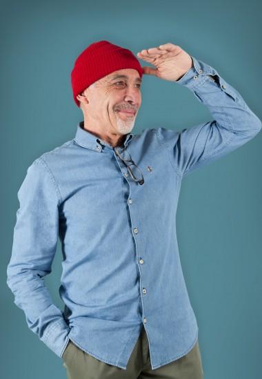 Camisa de hombre Poe Patadegayo de calidad sostenible fabricada en España - plano delantero con Cousteau