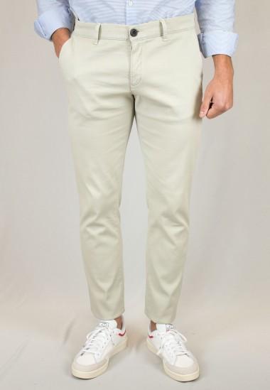 Pantalón  de hombre Elliot Patadegayo en color beige claro, fabricado en españa, muy comodo y de calidad - primer plano