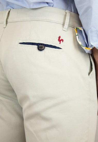 Pantalón  de hombre Elliot Patadegayo en color beige claro, fabricado en españa, muy comodo y de calidad - detalle de cerca